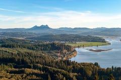 Гора седловины и Young река от Astoria, Орегона Стоковые Фото
