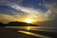 Гора силуэта восхода солнца пляж Krut запрета пляжа Стоковое Фото