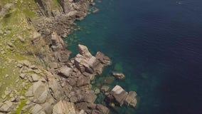 Гора скалы и голубой вид с воздуха моря Красивое скалистое побережье и прозрачный океан мочат взгляд от трутня летания top сток-видео