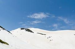 Гора снега на трассе kurobe tateyama горных вершин Японии высокогорной Стоковые Изображения RF