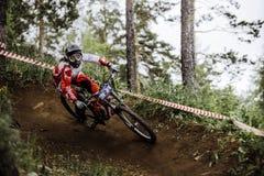 Гора спортсмена женщины велосипед вокруг острого поворота Стоковые Фотографии RF