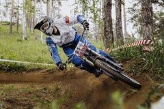 Гора спортсмена человека велосипед вокруг острого поворота Стоковое Фото
