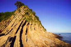 Гора с вертикальным отрезком камня морем Стоковые Фото