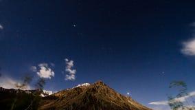 Гора с звездами стоковое изображение