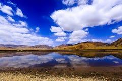 Гора с озером и дорогой Стоковое Изображение
