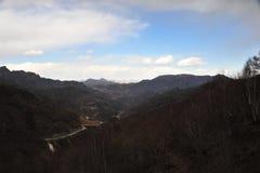 Гора с дорогой зигзага стоковая фотография rf