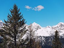 Гора с панорамой ландшафта неба ясности снега Стоковая Фотография RF