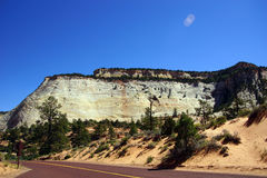 Гора с перекрестными настоящими слоями покрашенного песчаника Стоковое Изображение