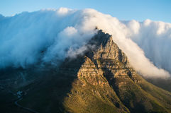 Гора таблицы заволакивания скатерти на заходе солнца как увидено от головы Lion's в Кейптауне Стоковые Изображения RF