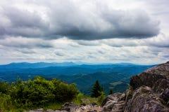Гора утеса горы голубого Риджа пасмурная обозревает Стоковые Фотографии RF