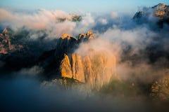 Гора формы зубов в тумане утра Стоковое Изображение RF