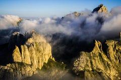 Гора формы зубов в тумане утра Стоковая Фотография RF