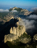 Гора формы зубов в тумане утра Стоковые Фото