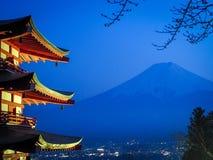 Гора Фудзи в ноче стоковые изображения