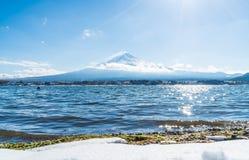 Гора Фудзи Сан на озере Kawaguchiko стоковые изображения