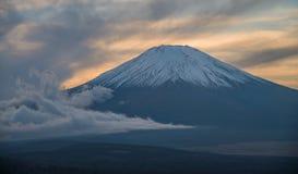 Гора Фудзи во время захода солнца Стоковые Фотографии RF