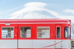 Гора Фудзи и красный поезд Стоковые Фотографии RF