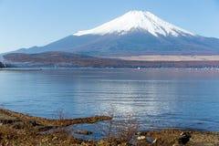 Гора Фудзи и озеро стоковая фотография
