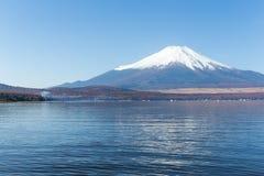Гора Фудзи и озеро стоковые фотографии rf