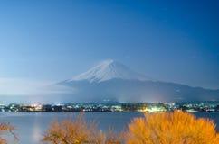 Гора Фудзи на ноче Стоковые Фото