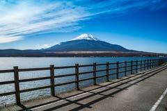 Гора Фудзи с озером Стоковое Изображение