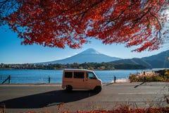 Гора Фудзи с reaf красного клена Стоковая Фотография