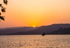 Гора цвета солнца заходов солнца iand птицы светлооранжевая Стоковые Изображения
