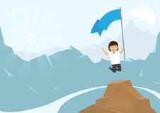 Гора человека взбираясь с флагом Скачущ и наслаждает его успехом стоковое фото
