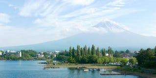 Гора Японии Fujiyama, озеро и голубое небо с славными облаками Стоковые Изображения RF