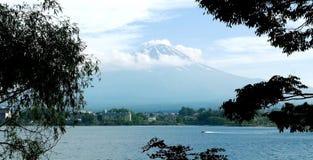 Гора Японии Fujiyama, озеро и голубое небо Стоковая Фотография RF