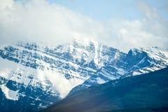 Гора Banff скалистая покрытая с белым облаком Стоковые Изображения