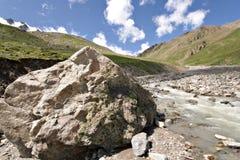 гора caucasus огромная около долины камня реки Стоковое Изображение RF