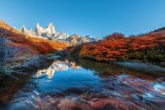 Гора Fitz Роя около El Chalten, в южной Патагонии, на границе между Аргентиной и Чили Взгляд рассвета от следа Стоковые Фото