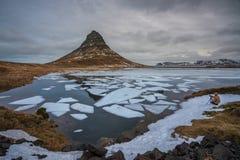 Гора Kirkjufell, западная Исландия - 23-ье февраля 2019: Фотограф на береге озер стоковое фото rf