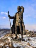 ГОРА KURKUT, ОБЛАСТЬ ИРКУТСКА, РОССИЯ - 4-ое марта 2017: Бронзовая статуя бродяги Transbaikalian Стоковая Фотография RF