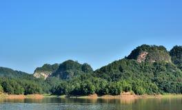 Гора landform Danxia с озером в Taining, Фуцзяне, Китае Стоковые Фото