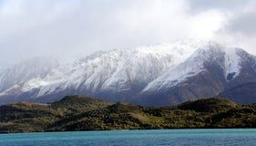 Гора Snowy возвышаясь над wanaka Новой Зеландией озера стоковые изображения rf