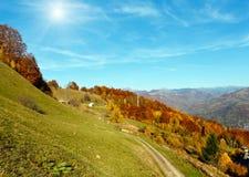 Гора Sunshiny осени прикарпатская, Rakhiv, Украина Стоковые Изображения RF