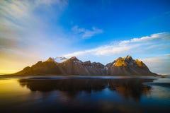 Гора Vestrahorn с черными вулканическими песчанными дюнами лавы на sunse Стоковое Изображение RF