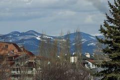 Гора Vitosha в зиме и части жилого квартала Стоковая Фотография