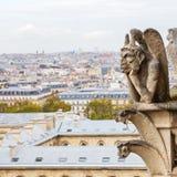 Горгулья Нотр-Дам в Париже, Франции, с видом с воздуха города Стоковое Изображение RF