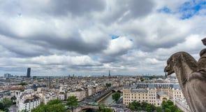 Горгулья Парижа на церков собора Нотр-Дам и городском пейзаже Парижа Стоковое Изображение RF