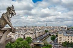 Горгулья Парижа на церков собора Нотр-Дам и городском пейзаже Парижа Стоковые Фото