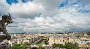 Горгулья Парижа на церков собора Нотр-Дам и городском пейзаже Парижа Стоковая Фотография