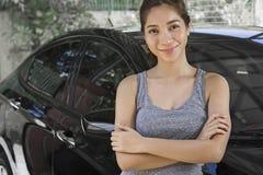 Гордая молодая дама с автомобилем стоковое фото rf