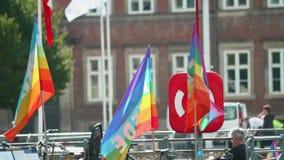 Гордость радуги сигнализирует летание вдоль канала в Копенгагене, Дании акции видеоматериалы