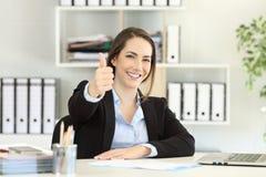 Гордый работник офиса представляя с большими пальцами руки вверх стоковое изображение rf