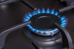 Горелка газовой плиты кухни горящая Стоковые Фото