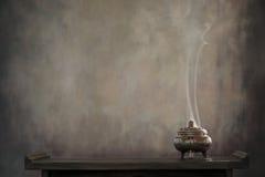 Горелка ладана на таблице стоковое изображение