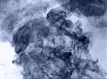 горение абстрактной предпосылки голубое произвело большую белизну дыма ладана заворот Стоковое фото RF